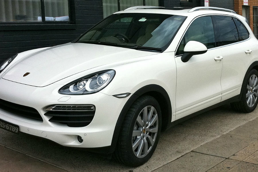 White Porsche Cayenne photo